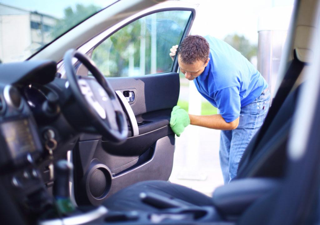A limpeza do carro também entra na lista dos 8 motivos para levar lenço umedecido na bagagem