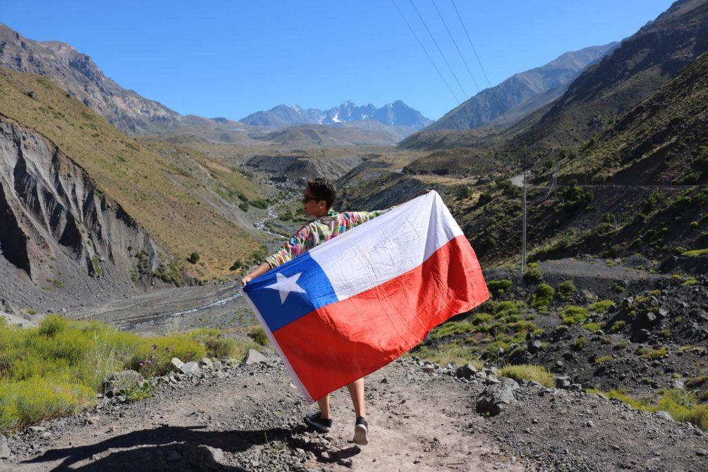 Bandeira erguida para mostrar mais da paisagem do Chile