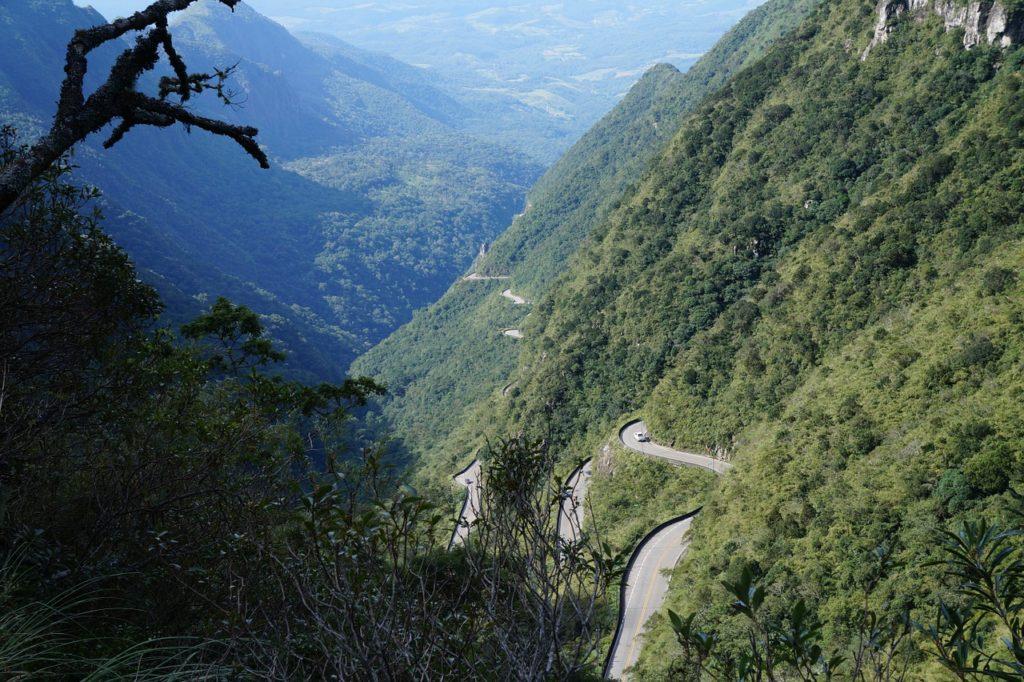 As curvas da Serra do Rio do Rastro tornam esta estrada uma das mais famosas do mundo