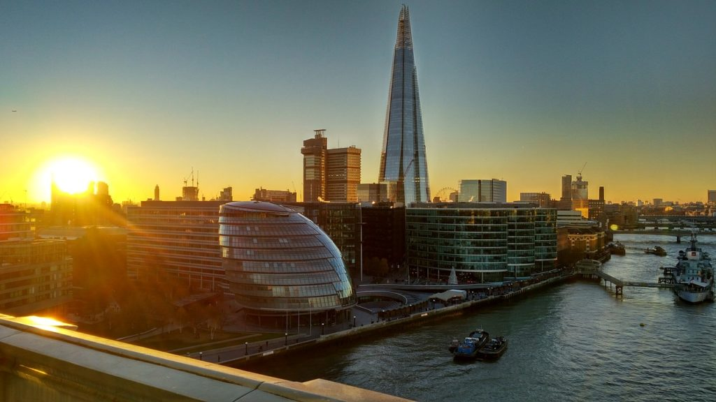 Entre as 5 coisas para fazer em Londres no Verão: aprecie o por-do-sol do alto de um rooftop.