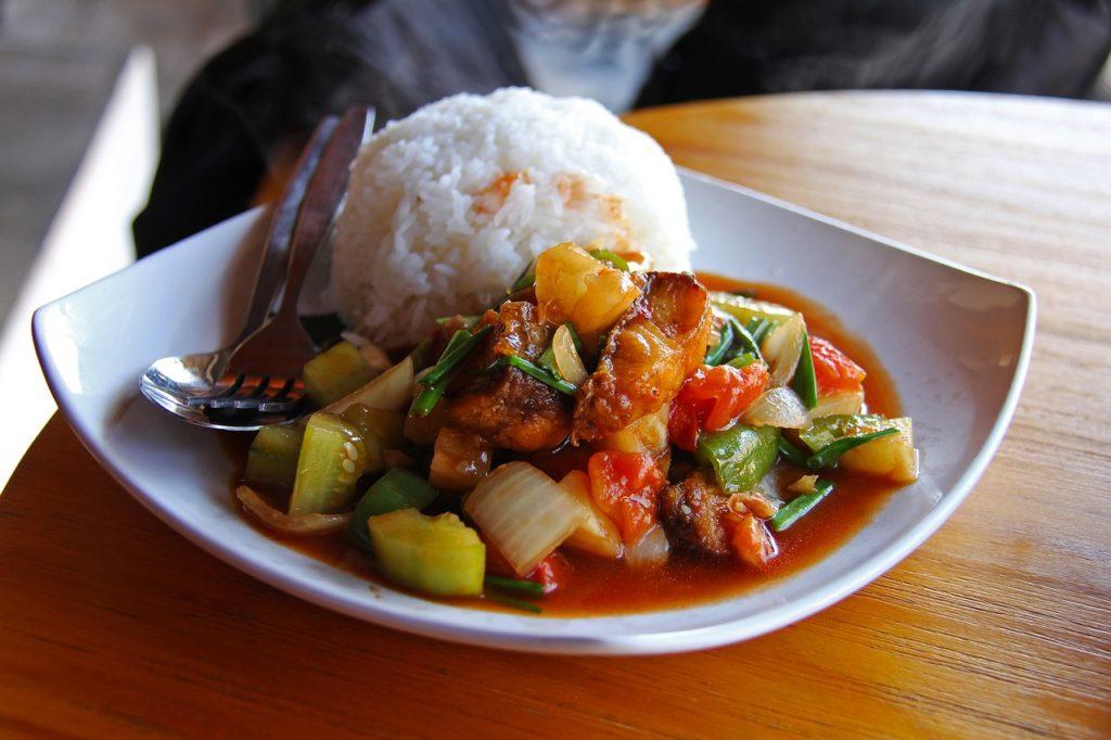Coco, arroz e carne de frango ou porco integram o cardápio do Laos que chama a atenção dos viajantes
