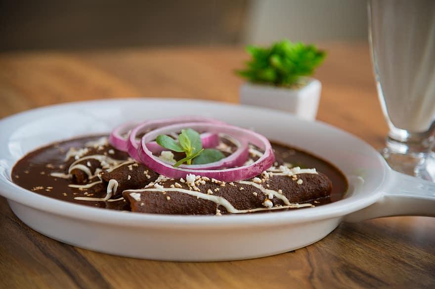 Chocolate e pimenta fazem este molho que integra os 7 pratos da gastronomia do México