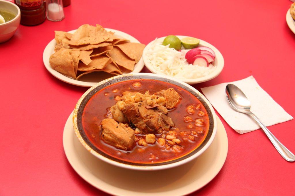7 pratos da gastronomia do México: caldos com diferentes carnes