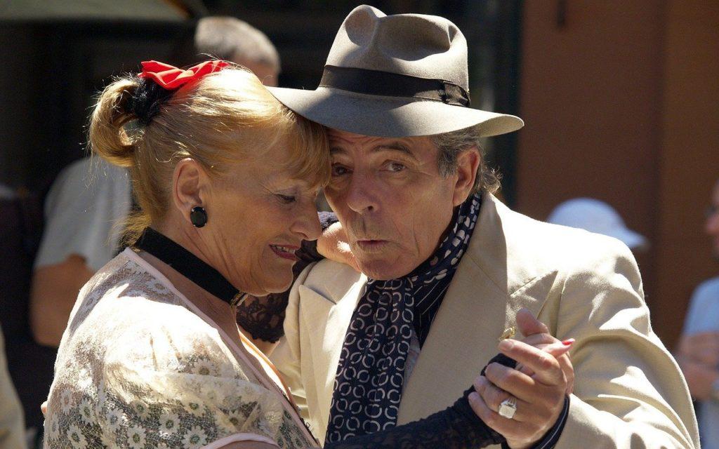 Acompanhar o tango na rua ou nos teatros está entre as dicas do que fazer em Buenos Aires