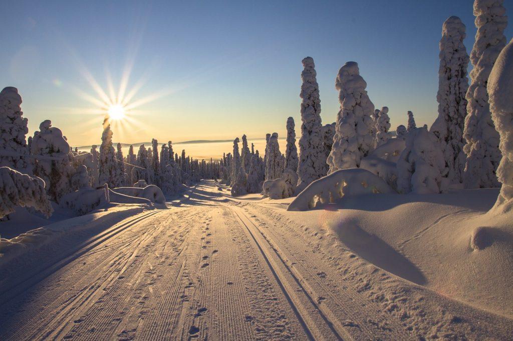 O sol da meia noite é um dos atrativos do que fazer na Suécia