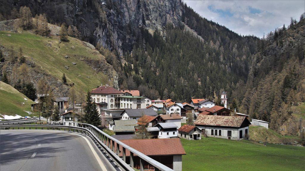 Os Alpes Suíços são destaque sobre o que fazer na Suíça