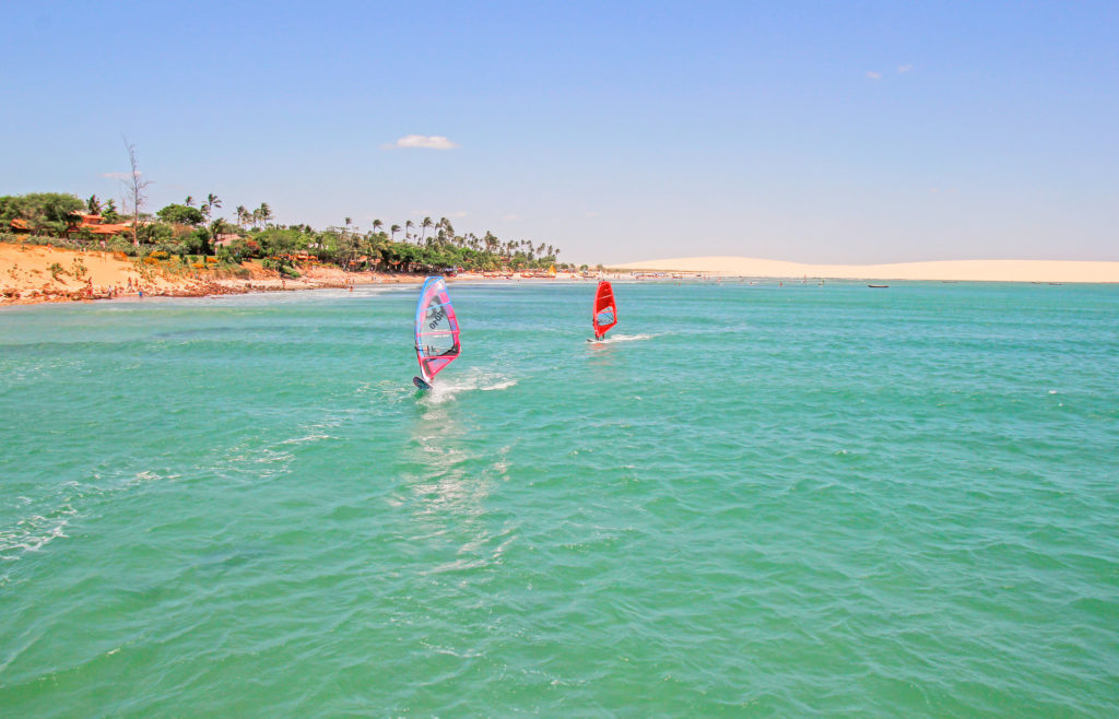 Com muita água e vento, esportes como a vela são comuns em Jericoacoara