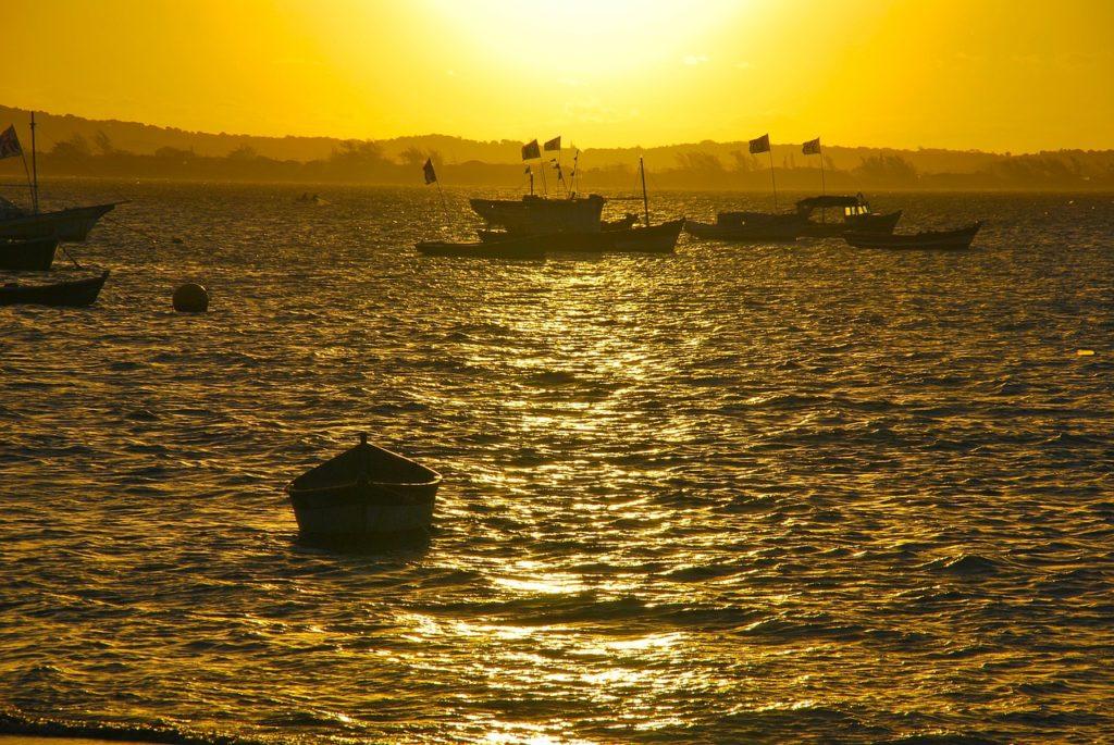 É possível aproveitar praia sem ser verão: Búzios está entre os 12 lugares para conhecer no outono do Brasil