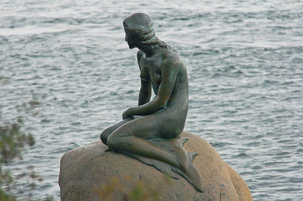 A sereia é um antigo monumento muito famoso em Copenhague na Dinamarca