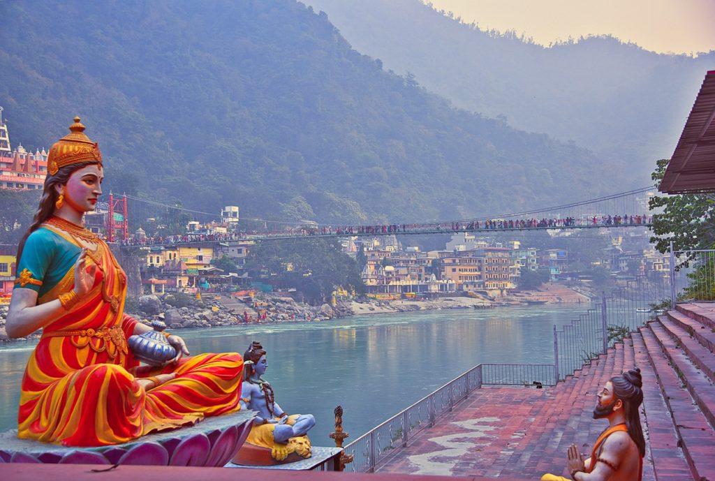 Entre os destinos para uma viagem única está Rishikesh na Índia
