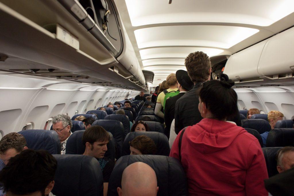 Todo mundo vai sair do avião. Se descer em fila ordenada, de acordo com os assentos, cria-se uma ordem de saída. Vale como uma das 9 dicas para as primeiras viagens