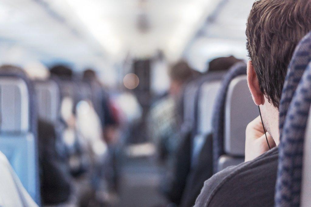 Cuidar da limpeza e ordem do seu assento é uma das 9 dicas para as primeiras viagens.