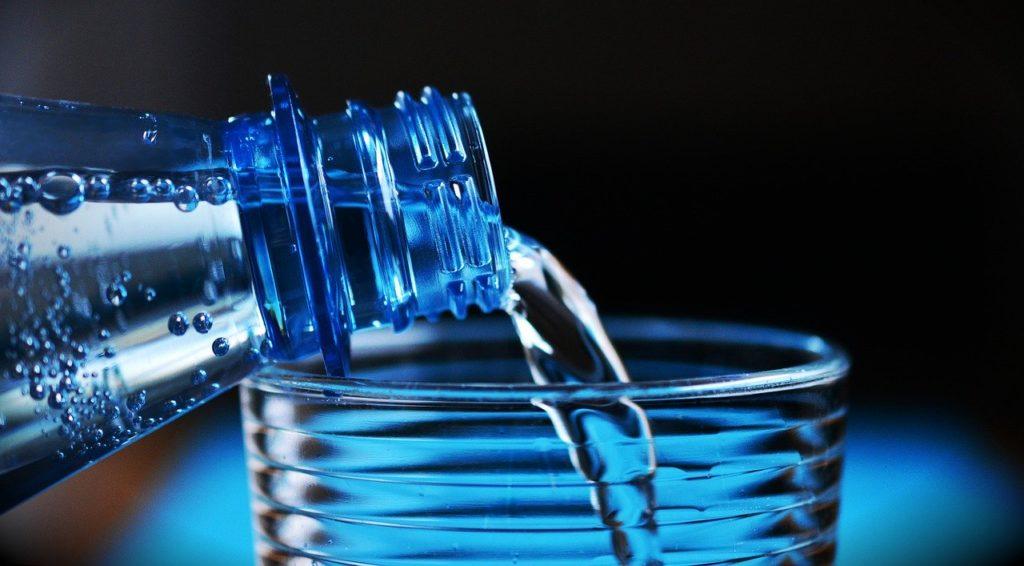 Essa regra é essencial: beba muita água durante e nos intervalos das viagens de avião