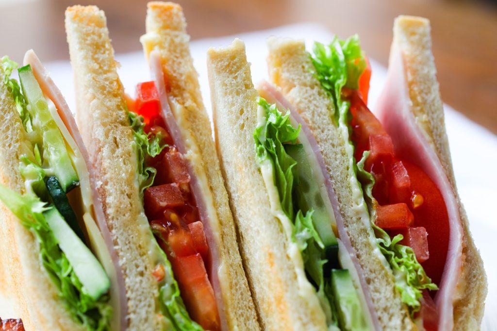 Os sanduíches com proteínas como frango e ovos são importantes durante a viagem