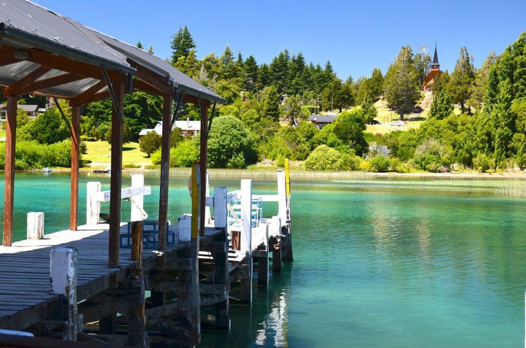 Os lagos são comuns em Bariloche e sentar-se para apreciar está na lista de 1 dia na cidade