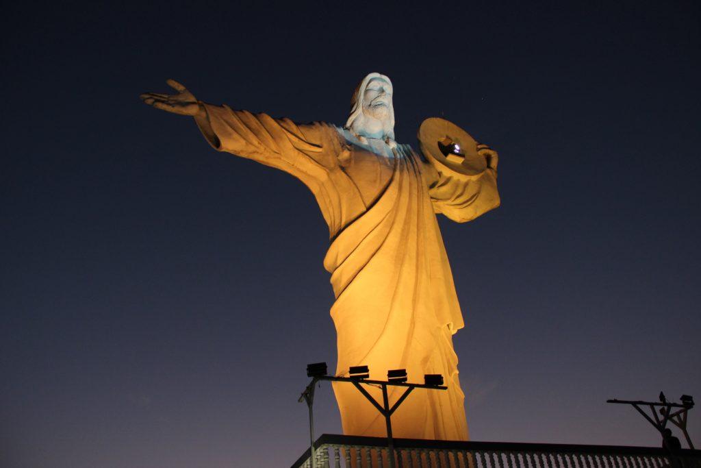 Cristo Luz é um bom passeio para fazer à noite em Balneário Camboriú