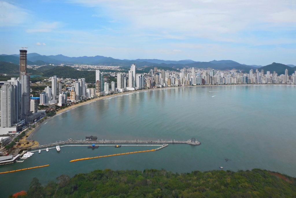Os molhes podem ser visitados tanto de dia quanto de noite em Balneário Camboriú