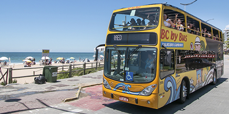 Com ar-condicionado, o ônibus circula por Balneário Camboriú e região em dias de calor ou chuva