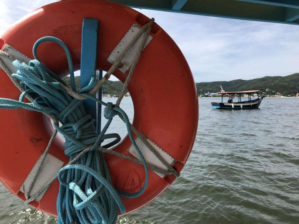 Há várias possibilidades de atividades aquáticas para fazer na Ilha de Porto Belo em Santa Catarina
