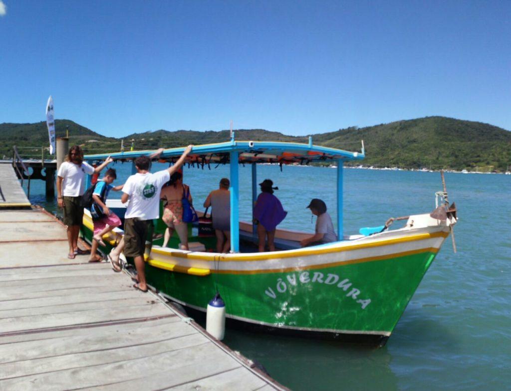 A chegada é feita de barco pelos pescadores da cooperativa