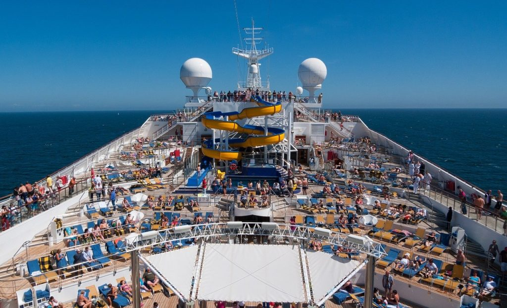 Os momentos de sol são intensos por isso leve ao cruzeiro de navio protetor solar e pós-sol