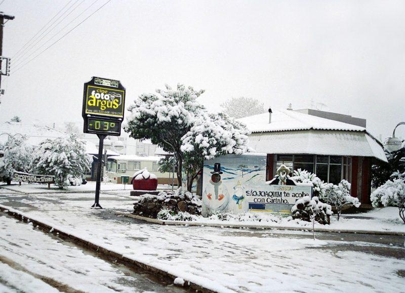 Paisagem branquinha e repleta de neve em lugares como São Joaquim