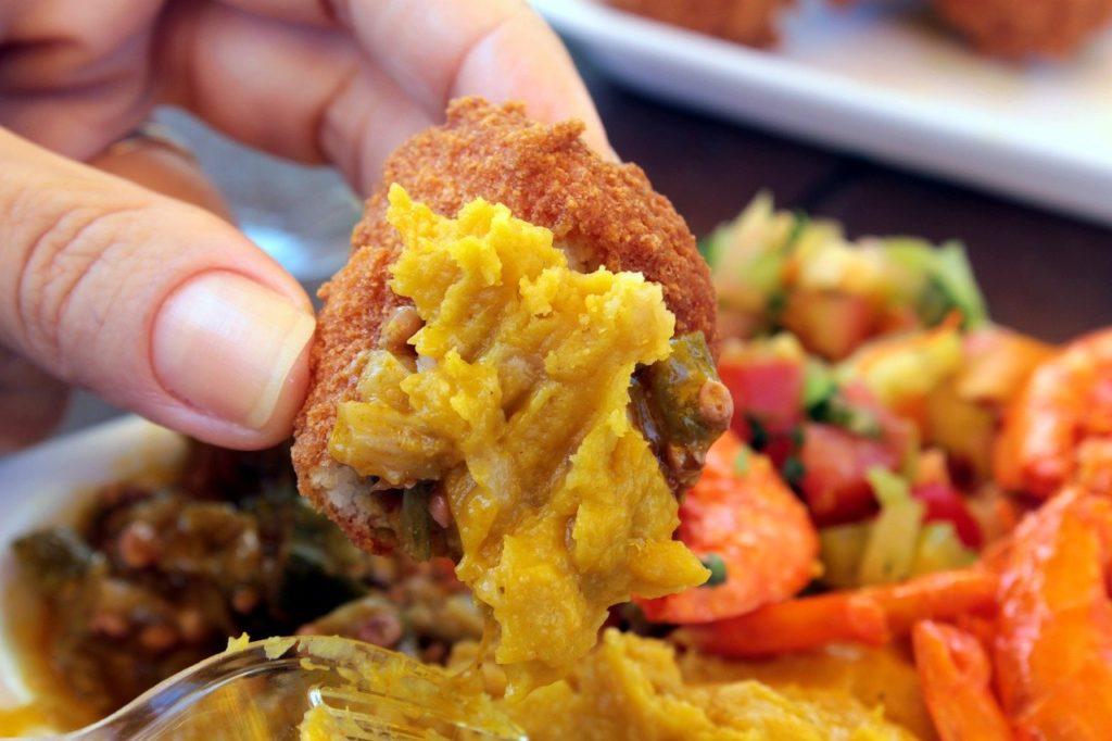 Pratos como o acarajé servido com vatapá estão entre os principais da gastronomia nordestina