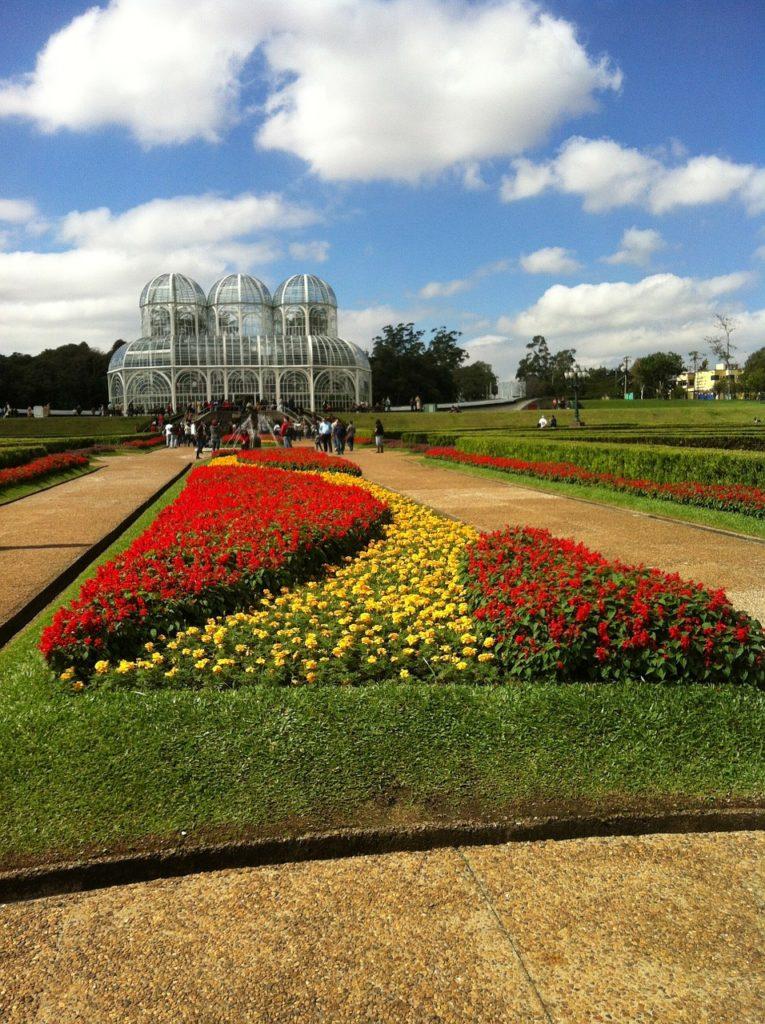 Outro atrativo paranaense é o Jardim Botânico e suas cores e beleza