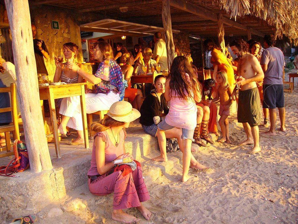 De lugares mais rústicos aos mais luxuosos, Ibiza tem sempre uma festa pronta para encantar os solteiros