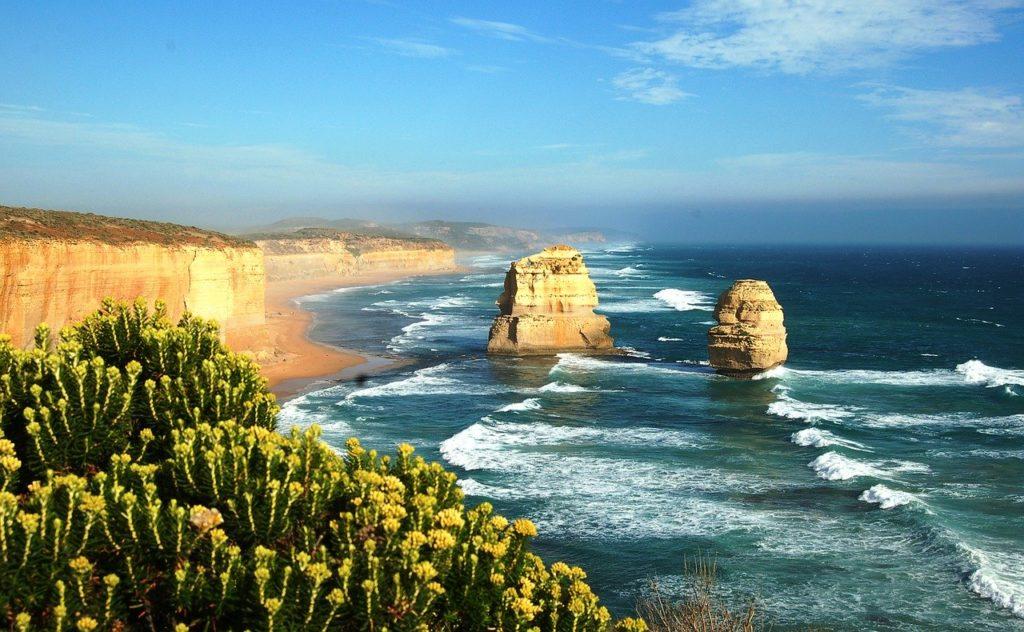Os 12 apóstolos são uma formação rochosa que servem de cenário para quem viaja de carro por esta rota da Austrália