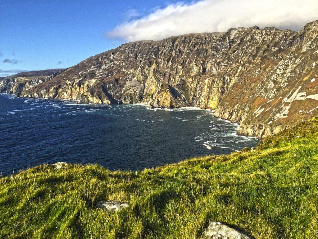 A lista dos 5 melhores destinos para viajar de carro se encerra com esta via da Irlanda