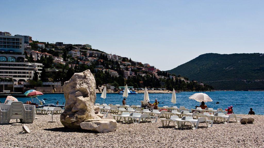 Pelo caminho de quem circula neste que é um dos 5 melhores destinos para viajar de carro encontra belas praias