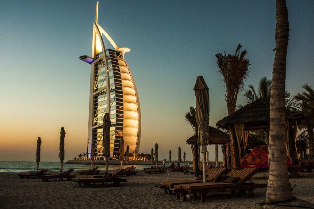 Obras como o Burj Al Arab chamam a atenção a quilômetros de distância