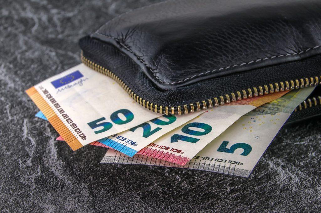 A carteira é fácil de transportar e pode ser um bom local para guardar dinheiro em uma viagem