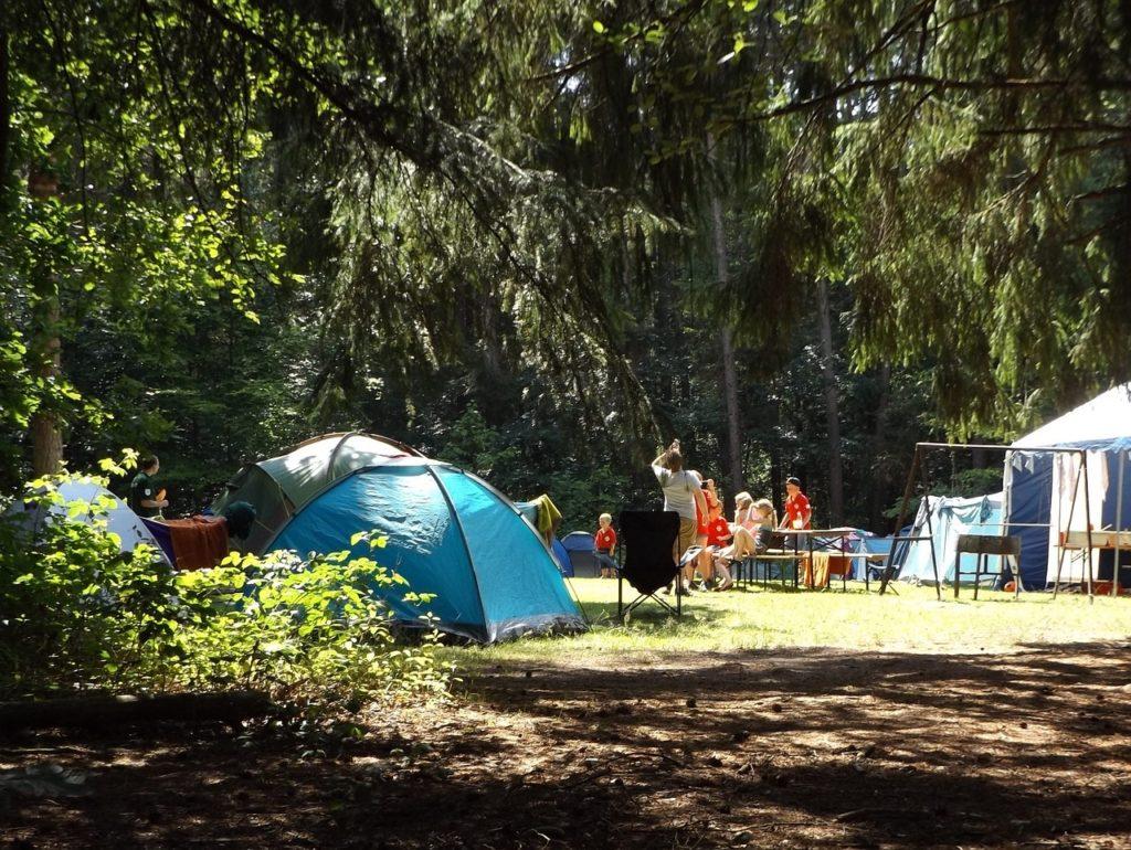 Mais perto da natureza, os campings também são formas de como se hospedar em uma viagem