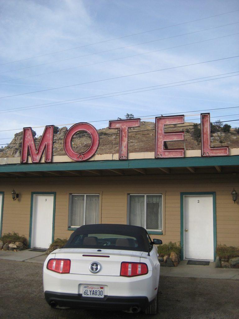 Os motéis são hotéis de beira de estrada nos Estados Unidos, com os serviços de cama e banho, praticamente