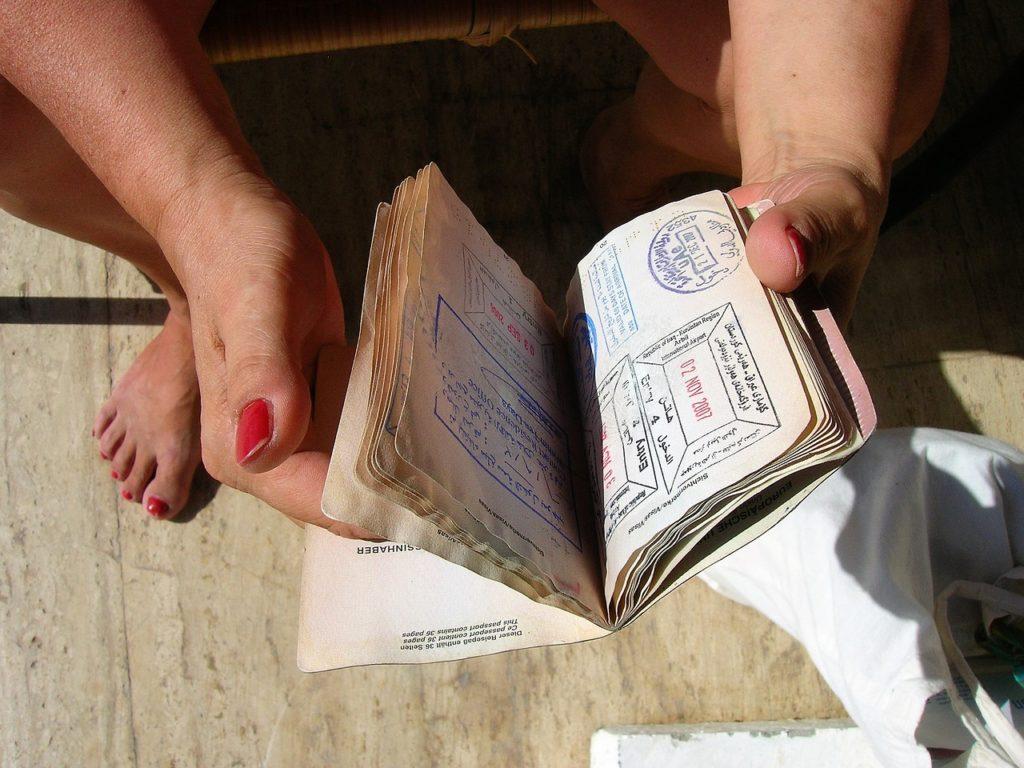 O passaporte é o documento e o visto é a autorização de entrada nos países. Alguns países são parceiros do Brasil e não precisam de visto, mas sempre consulte antes de viajar