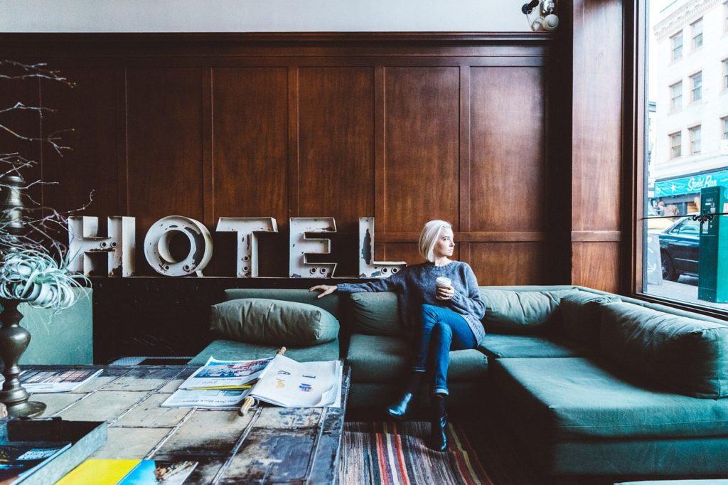 Os sites que focam na hospedagem atingem diferentes meios, como hotéis, casas e até um cantinho no sofá