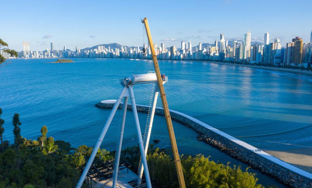 É um trabalho dedicado e engenhoso para colocar de pé a roda gigante de Balneário Camboriú