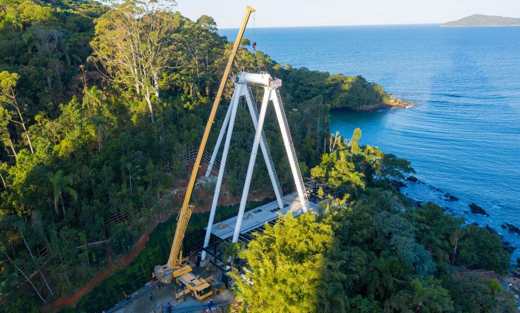 Esta foto do início da construção mostra como é trabalhoso colocar de pé a roda gigante