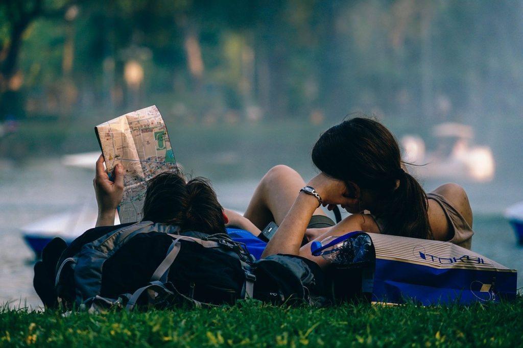 Quais os melhores aplicativos de viagem? Alguns são como o Tinder onde pode rolar um romance