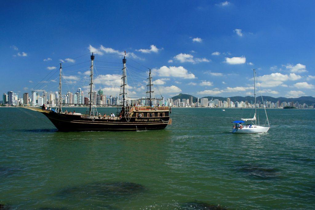 Na lista de quais os principais atrativos turísticos de Balneário Camboriú está o Barco Pirata
