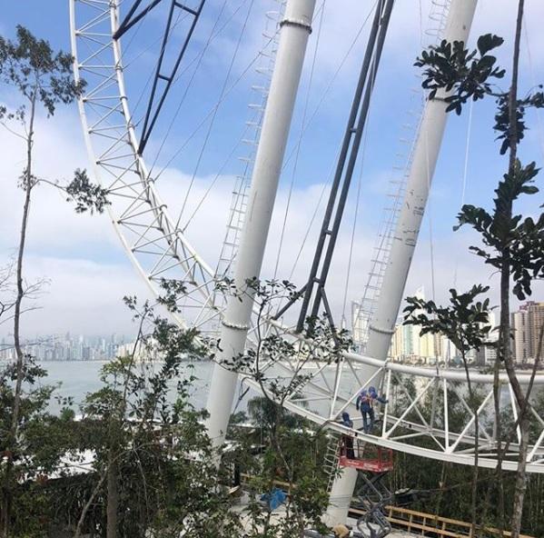 A FG Big Wheel está sendo erguida e deverá ser inaugurada em dezembro de 2020 para ser mais uma atração turística de Balneário Camboriú