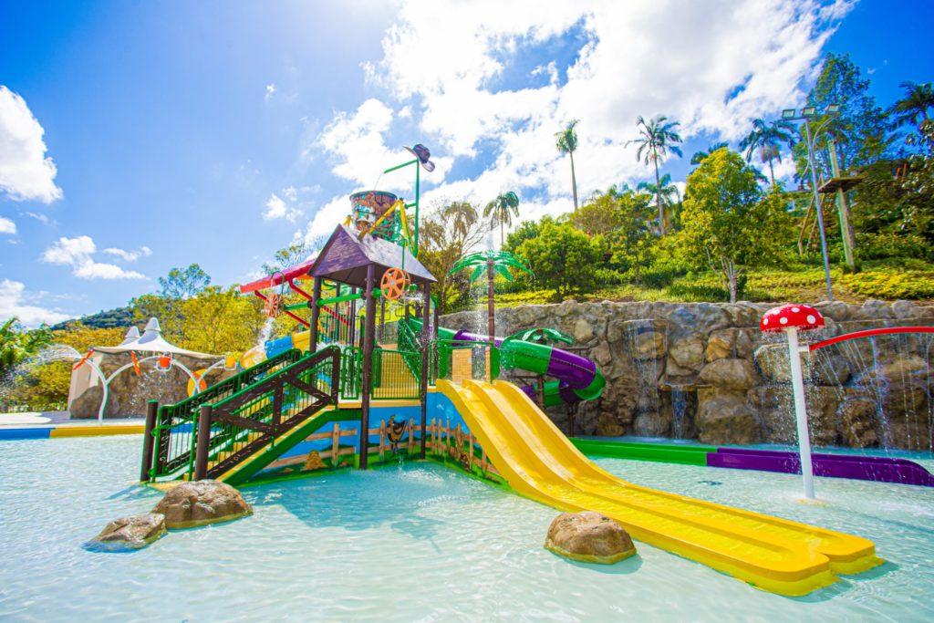 Os pequenos têm um espaço de playground molhado na nova área de piscinas do Fazzenda Park Hotel