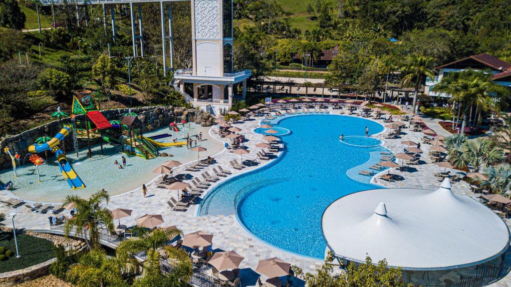 A área de piscinas ficou muito maior e repleta de atrativos no Fazzenda Park Hotel