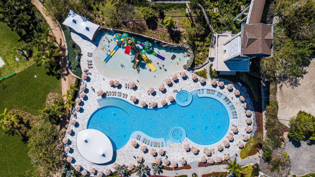 Nova área de piscinas do Fazzenda Park Hotel tem conceito internacional