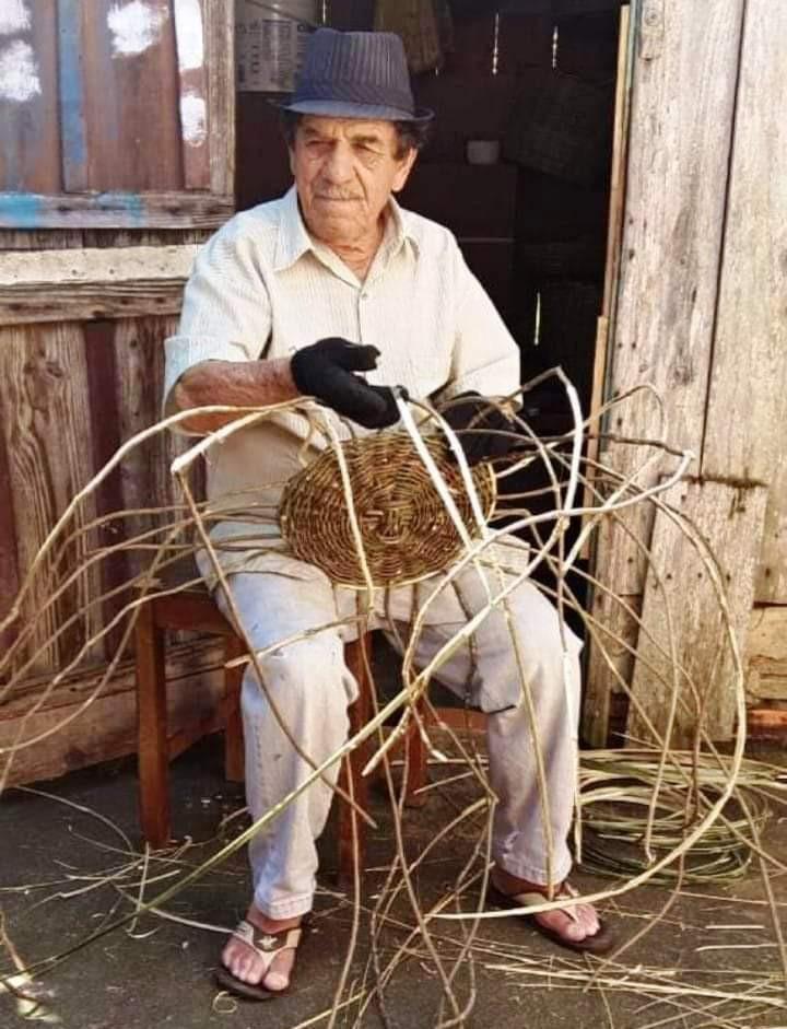 A confecção de cestaria faz parte dos hábitos locais