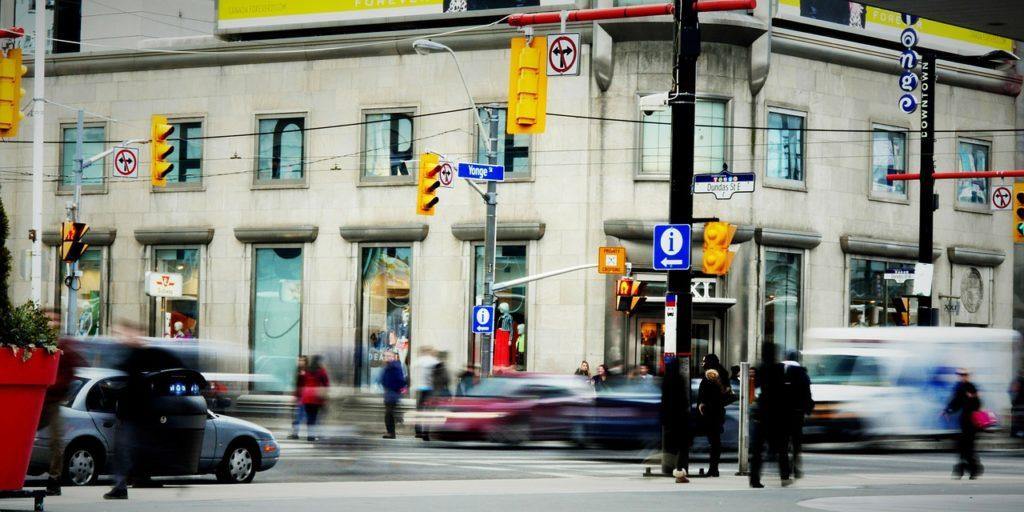 Visitar a Younge Street está entre o que fazer em Toronto no Canadá