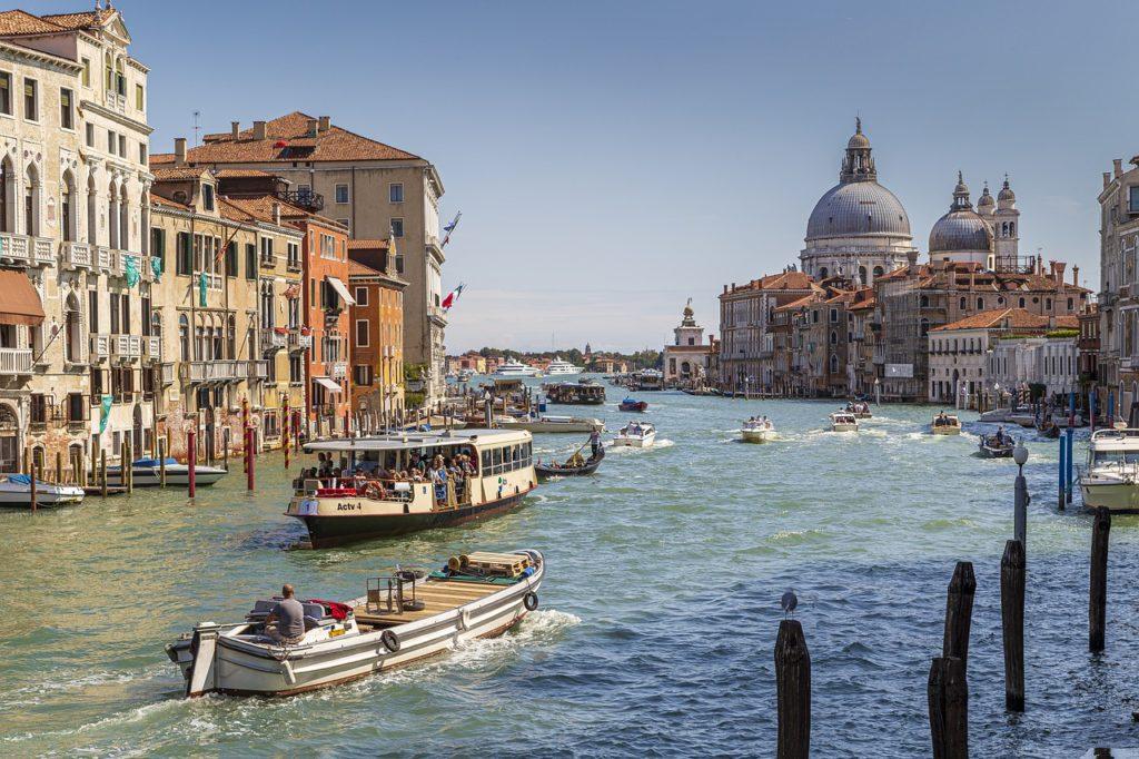 Como no trânsito convencional, Veneza possui o Grande Canal, que seria algo como uma grande avenida de barcos