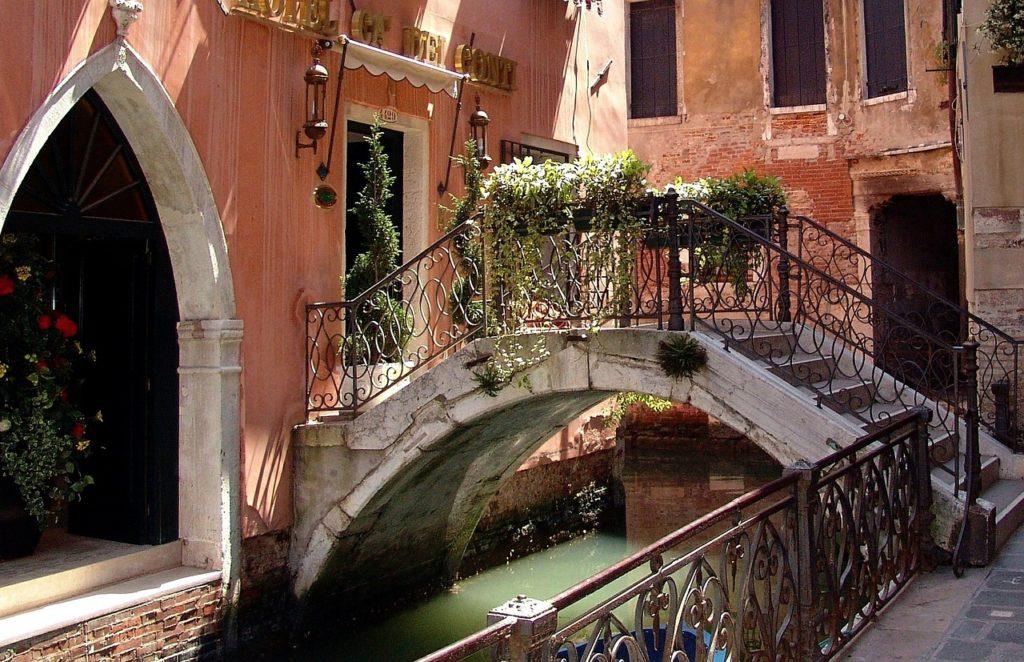 Visitar as pontes, passear pelas calçadas, observar esta cidade tão diferente está entre o que fazer em Veneza na Itália